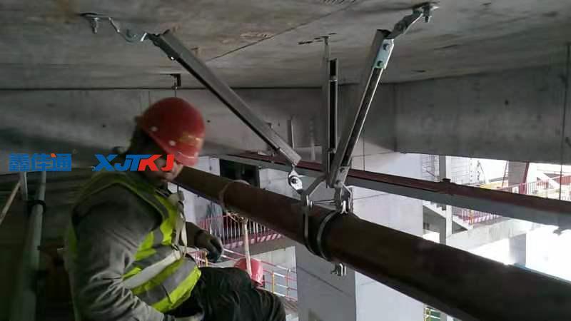 抗震支吊架是牢固连接于建筑结构体上以地震力为主要荷载的支撑系统。当建筑物遭遇到设防烈度的地震时,通过抗震支吊架将管道及设备产生的地震作用力传到结构体上,以达到小震不损、中震可修、大震不倒的效果。  抗震支吊架在安装形式上利用了三角形的稳定性原理,把地震时的纵向力和横向力进行综合承载,改变管线系统动力特性由柔变刚。使设备、管道更牢固,减少因地震引起的次生灾害。抗震支吊架从受力方向上分为纵向(与管线中心线平行)、侧向支吊架(与管线中心线垂直),纵、侧向支吊架。  抗震支架安装的价格要看你管道的粗细,还有管子的